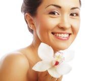 Bello fronte della donna con il fiore dell'orchidea Immagini Stock Libere da Diritti