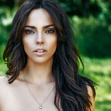 Bello fronte della donna con pelle perfetta - ritratto alto vicino Fotografie Stock Libere da Diritti