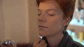 Bello fronte della donna Trucco perfetto Dettaglio di trucco Ragazza di bellezza con pelle perfetta Unghie e manicure Tavolozza d video d archivio
