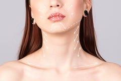 Bello fronte della giovane donna dell'ambulatorio facciale di plastica con le frecce sulle labbra fotografie stock libere da diritti