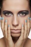 Bello fronte di modello con trucco di modo & unghie con il manicure luminoso Fotografie Stock Libere da Diritti