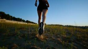 Bello funzionamento atletico della ragazza sull'erba video d archivio