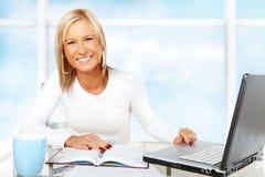 Bello funzionamento o studio della donna di affari Immagine Stock