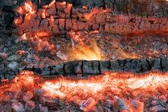 Bello fuoco con i carboni d'ardore luminosi Fotografie Stock Libere da Diritti