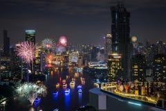 Bello fuoco d'artificio sopra paesaggio urbano Fotografie Stock