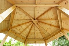 Bello gazebo del giardino o dettaglio bianco progettato u del tetto del padiglione fotografie stock