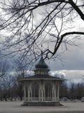 Bello gazebo in un cimitero terrificante Fotografie Stock Libere da Diritti