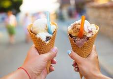 Bello gelato luminoso con differenti sapori nelle mani di una coppia Fotografia Stock Libera da Diritti
