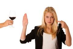 Bello gesturing biondo della donna non beve e non determina il gesto, w Immagine Stock Libera da Diritti
