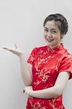 Bello gesturing cinese sorridente della giovane donna Immagine Stock