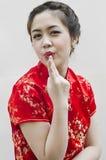 Bello gesturing cinese sorridente della giovane donna Fotografia Stock