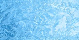 Bello ghiaccio di inverno, struttura blu sulla finestra, fondo festivo Fotografia Stock