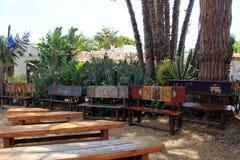Bello giardino e banchi di legno con progettazione variopinta, Città Vecchia, San Diego, 2016 Fotografie Stock