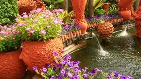 Bello giardino floreale con le fontane ceramiche stock footage