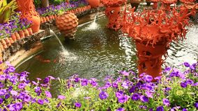 Bello giardino floreale con le fontane ceramiche archivi video