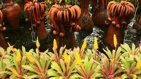 Bello giardino floreale con le fontane ceramiche video d archivio
