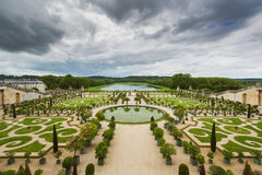 Bello giardino in un palazzo famoso Versailles, Francia immagini stock libere da diritti