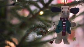 Bello giocattolo dell'albero di abete di Natale nei cervi di Funy di forma Albero di Natale con le luci vaghe Defocused Bokeh stock footage