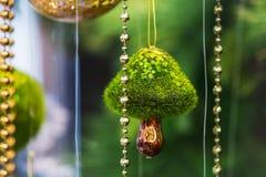 Bello giocattolo moderno dell'albero di Natale sotto forma di fungo Fondo di verde del fuoco selettivo immagini stock libere da diritti