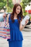 Bello gioco asiatico della ragazza del ritratto con lo schermo del cuscinetto. fotografie stock libere da diritti