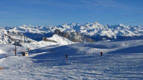Bello giorno di corsa con gli sci nelle alpi svizzere Immagine Stock