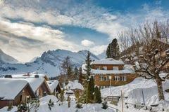 Bello giorno di inverno soleggiato in villaggio di Murren in alpi svizzere Immagini Stock Libere da Diritti