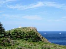 Bello giorno lungo la costa di Terranova che osserva il faro sulla lancia del capo Barche che passano vicino lungo l'oceano apert immagini stock