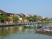 Bello giorno nella città antica di Hoi An con il punto di vista delle barche tradizionali, delle case gialle e dei turisti Immagine Stock Libera da Diritti