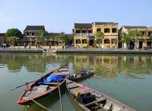 Bello giorno nella città antica di Hoi An con il punto di vista delle barche tradizionali, delle case gialle e dei turisti Immagini Stock