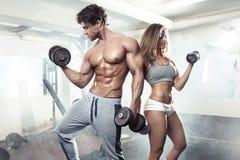 Bello giovane allenamento sexy sportivo delle coppie in palestra Immagine Stock Libera da Diritti