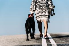Bello giovane amando il suo cane Fotografie Stock