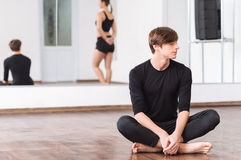 Bello giovane ballerino maschio che ha un allenamento Fotografia Stock Libera da Diritti