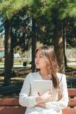 Bello giovane computer asiatico della compressa della tenuta della donna immagini stock libere da diritti