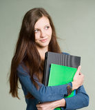 Bello giovane computer portatile della holding della ragazza dell'allievo. Immagini Stock