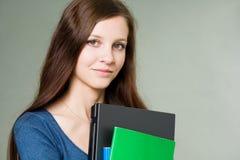 Bello giovane computer portatile della holding della ragazza dell'allievo. Fotografie Stock Libere da Diritti