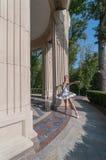Bello giovane dancing della ballerina, stante dentro Fotografia Stock