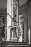 Bello giovane dancing della ballerina, stante nella posizione del pointe All'aperto, molla Fotografia Stock
