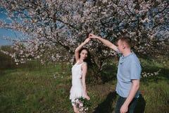 Bello giovane dancing delle coppie e divertiresi sul fondo del cielo blu fotografia stock
