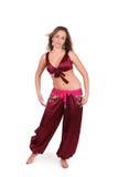 Bello giovane danzatore di pancia in costume rosso fotografia stock