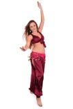 Bello giovane danzatore di pancia in costume rosso immagini stock