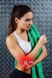 Bello giovane dolore di sensibilità della donna di forma fisica Fotografie Stock