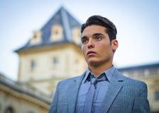 Bello giovane e palazzo elegante fotografia stock