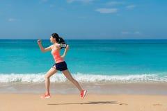 Bello giovane funzionamento atletico della donna sulla spiaggia Immagine Stock