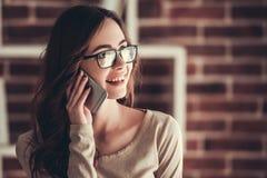 Bello giovane funzionamento della donna di affari Fotografia Stock