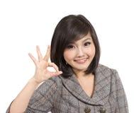 Bello giovane gesturing della donna di affari fotografie stock libere da diritti