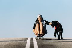 Bello giovane gioco con il suo cane Immagini Stock