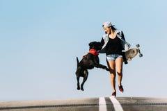 Bello giovane gioco con il suo cane Immagine Stock