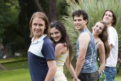 Bello giovane gruppo degli amici e del tirante Immagini Stock Libere da Diritti