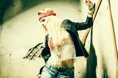 Bello giovane hippy sexy della donna Ritratto di bello MOD fresco di modo Fotografie Stock