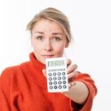 Bello giovane imprenditore femminile con il simbolo del risparmio o dei costi Immagini Stock